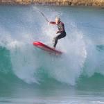 Kai Bates, jeune rideur du team Fanatic, en gonflable sur les vagues Australiennes.